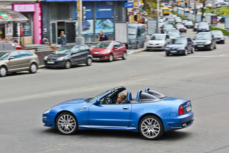 Kiev, Ucrânia; 10 de abril de 2014 Maserati Cabrio 4 2 V8 A menina atrás da roda foto de stock