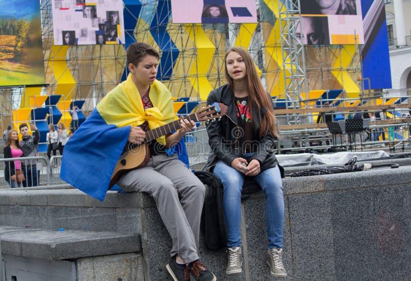 Kiev, Ucrânia - 24 de agosto de 2016: O menino e a menina cantam patriótico assim imagens de stock