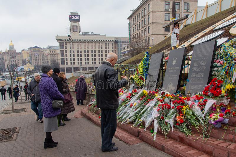 Kiev, Ucrânia - 20 de fevereiro de 2019: Os povos comemoram aqueles matados durante a revolução e a dignidade no memorial imagem de stock royalty free