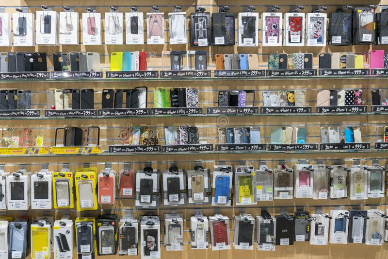 Kiev, Ucrânia 15 de janeiro de 2019 iPhone e caixas coloridos do telefone de Samsung para a venda em lojas dos telefones celulare fotografia de stock royalty free