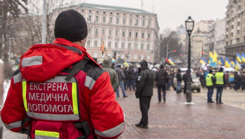 Kiev, Ucrânia - 18 de janeiro: Voluntário da cruz vermelha no quadrado de Mikhailovskaya, durante uma reunião do protesto imagens de stock