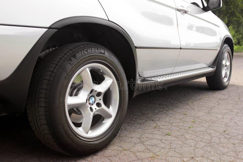 Kiev, Ucr?nia - 27 de julho de 2018: Pe?a do carro cinzento BMW X5 As rodas de carro fecham-se acima em um fundo do asfalto imagem de stock