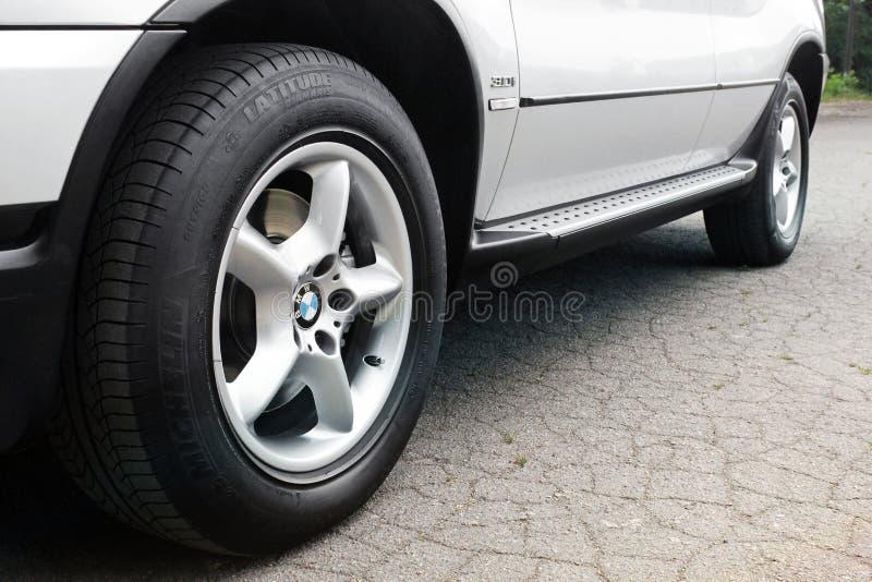 Kiev, Ucr?nia - 27 de julho de 2018: Pe?a do carro cinzento BMW X5 As rodas de carro fecham-se acima em um fundo do asfalto fotos de stock royalty free