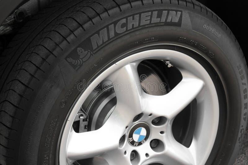 Kiev, Ucr?nia - 27 de julho de 2018: Pe?a do carro cinzento BMW X5 As rodas de carro fecham-se acima em um fundo do asfalto imagem de stock royalty free