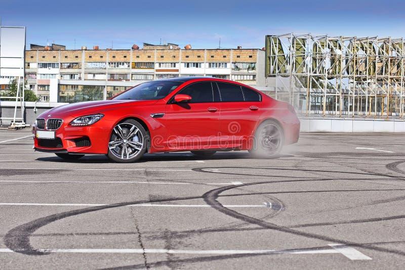 Kiev, Ucrânia; 25 de junho de 2013; BMW M6 e marcas do pneu no asfalto imagens de stock royalty free