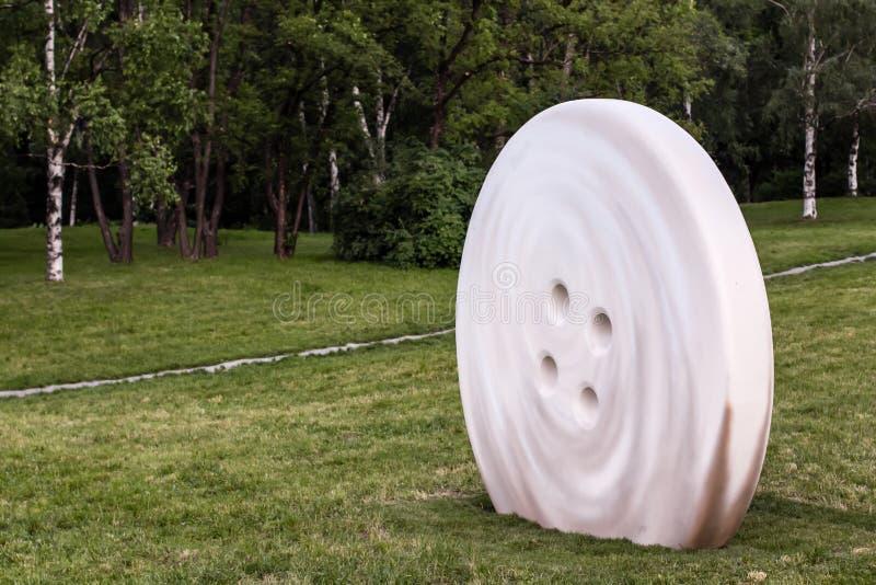 """KIEV, UCRÂNIA - 2 DE JUNHO: escultura """"botão"""" fotografia de stock royalty free"""