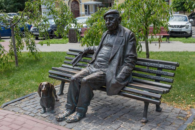 Kiev, Ucrânia - 21 de junho de 2017 Monumento ao ator ucraniano famoso de Nikolai Yakovchenko fotografia de stock