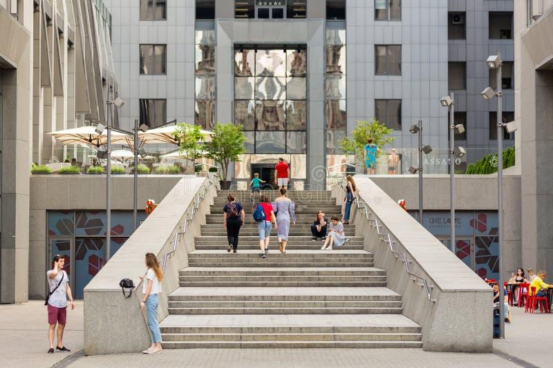 Kiev, Ucrânia, 25a de junho de 2017: Povos que andam em uma escadaria de pedra perto do ` da construção do centro de negócios de  imagem de stock royalty free