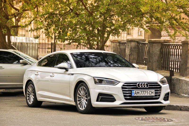 Kiev, Ucr?nia - 3 de maio de 2019: Audi branco A5 estacionado no centro da cidade contra uma ?rvore fotos de stock