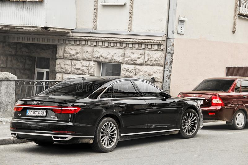 Kiev, Ucr?nia - 3 de maio de 2019: Audi preto A8 estacionado no centro da cidade fotos de stock