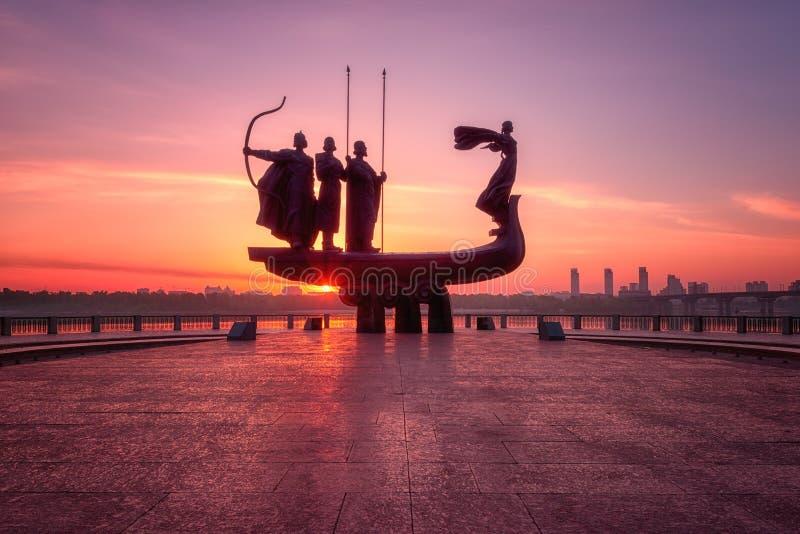 Kiev, Ucrânia - 5 de maio de 2018: Fundadores do monumento de Kyiv Kiev no nascer do sol, na opinião bonita da cidade com sol de  fotos de stock royalty free