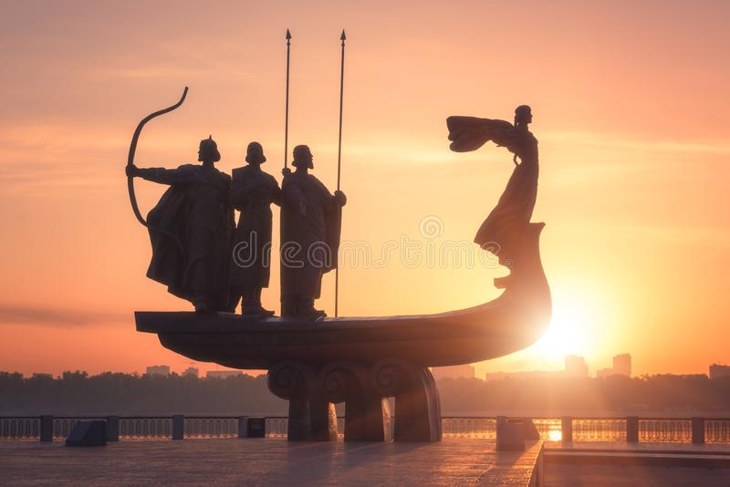 Kiev, Ucrânia - 5 de maio de 2018: Fundadores do monumento de Kyiv Kiev no nascer do sol, na opinião bonita da cidade com sol de  fotografia de stock royalty free