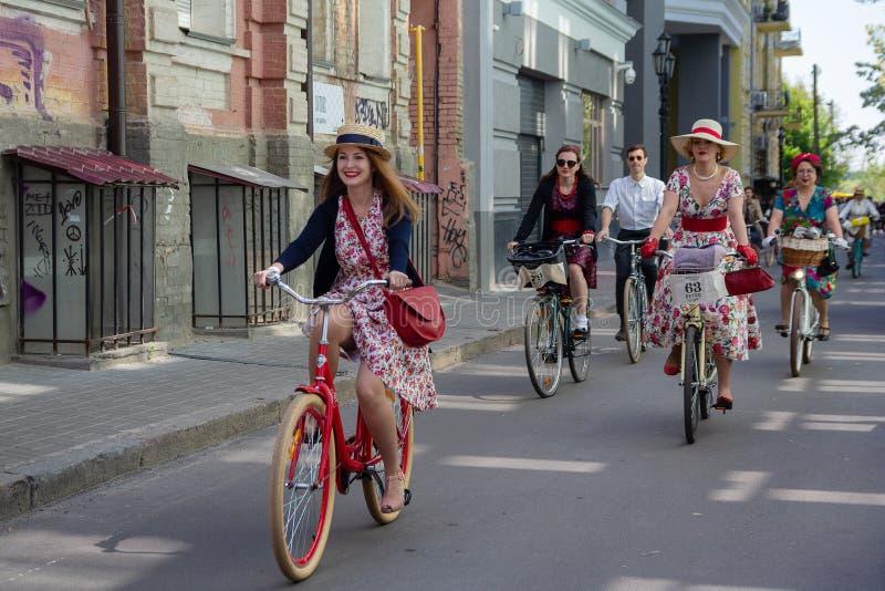 Kiev, Ucrânia - 12 de maio de 2018: Grupo de pessoas na roupa retro que participa na bicicleta foto de stock