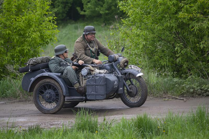 Kiev, Ucrânia - 9 de maio de 2019: Homens na roupa de soldados alemães em uma motocicleta na reconstrução histórica foto de stock royalty free