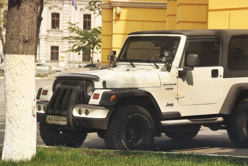 Kiev, Ucr?nia - 3 de maio de 2019: Jeep Wrangler SUV perto da igreja fotografia de stock royalty free