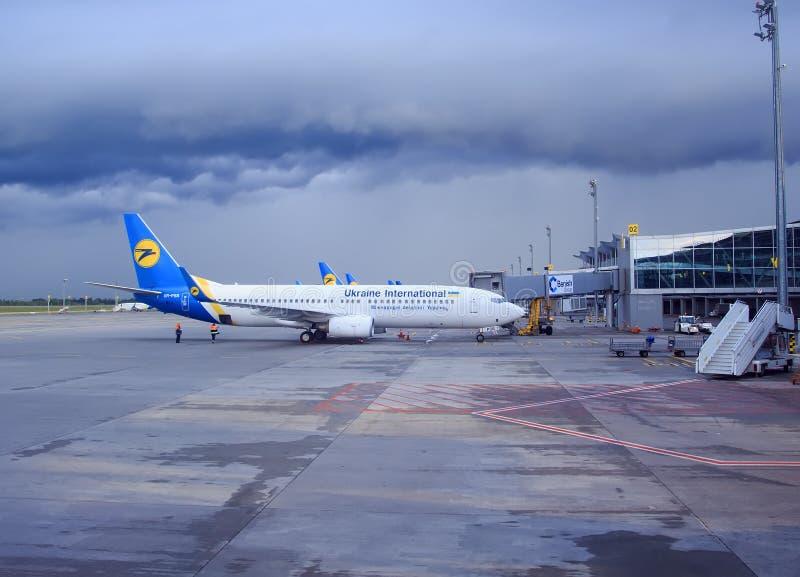 kiev Ucrânia 5 de maio de 2016: a linha aérea o plano está no aeroporto no tempo nebuloso Aeroporto de Borispol imagens de stock