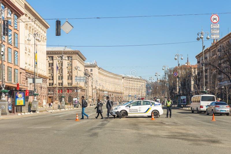 Kiev, Ucrânia - 6 de maio de 2017: Rua central de Kyiv capital ucraniano Khreschatyk fechado para o tráfego pelo carro de polícia foto de stock