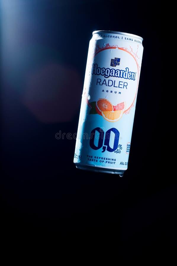 Kiev, Ucrânia - 16 de março de 2019: A bebida não alcoólica hoegaarden o agrum do radler em uma lata de cerveja com uma grande re imagens de stock royalty free