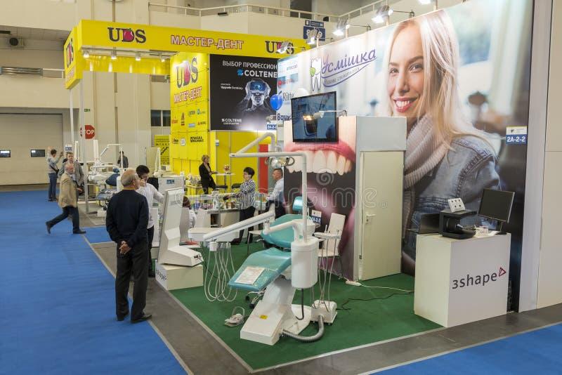Kiev, Ucrânia 5 de outubro de 2018 Exposição dental, equipamento dental Povos na exposição da odontologia imagens de stock
