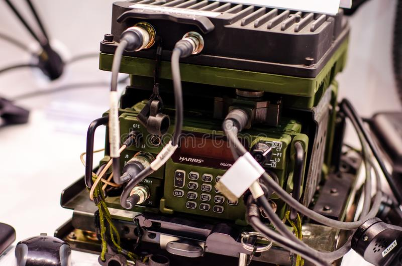 Kiev, Ucrânia - 9 de outubro de 2019: Rádio Harris Falcon III Multiband Networking Manpack fotografia de stock royalty free