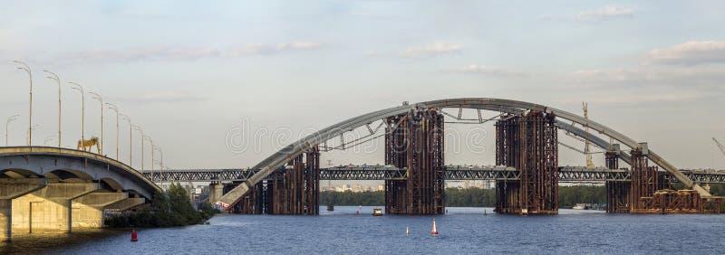 Kiev, Ucrânia - 21 de setembro de 2017: Ponte grande do metal sobre Dnipro fotografia de stock royalty free