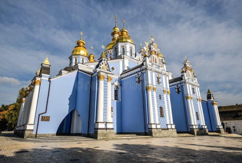 Kiev, Ucrânia - em setembro de 2016: Monastério abobadado dourado do ` s de St Michael em Kiev, Ucrânia Catedral antiga do Dourad imagens de stock