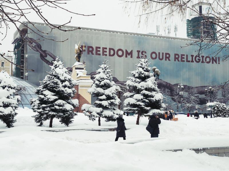 Kiev, Ucrânia, o 3 de março de 2018 Quadrado independente Caminhada dos povos através da cidade através dos montes de neve foto de stock royalty free