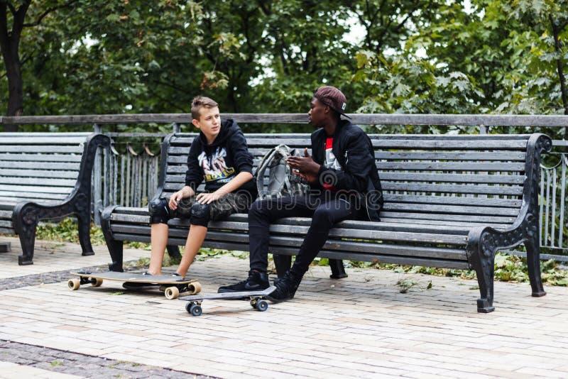 Kiev, Ucrânia, o 23 de setembro de 2017 Skateres africanos e europeus imagens de stock