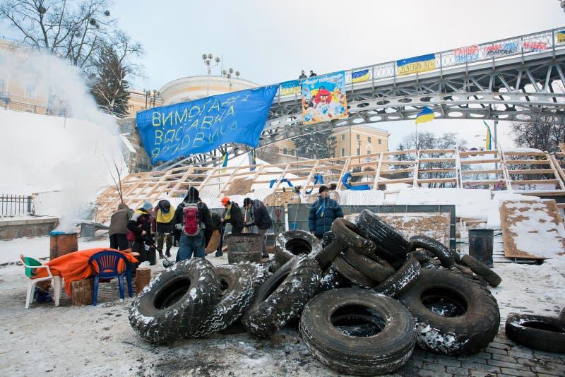 KIEV, UCRÂNIA: Os povos ativos constroem as barricadas com os pneus de carro no quadrado principal do capital fotos de stock