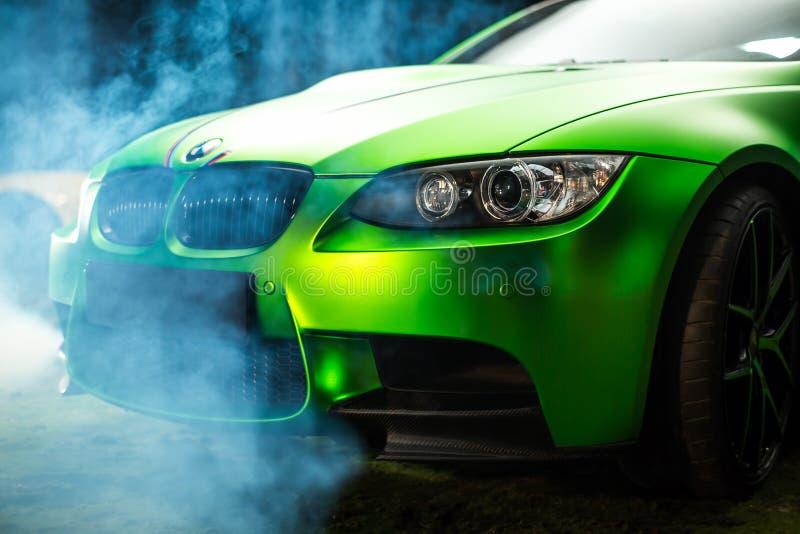 Kiev, Ucrânia - 14 podem 2014: Ajustamento do verde de BMW sportscar Fim de BMW M3 acima foto de stock