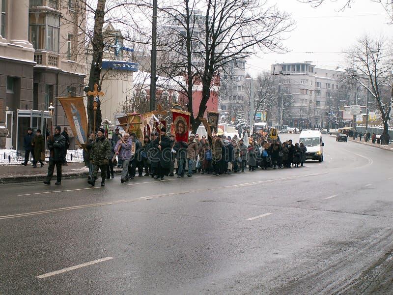 Kiev, Ucrânia - 27 11 2004 A procissão transversal na igreja ortodoxa imagem de stock