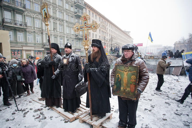 KIEV, UCRÂNIA: Queda de neve na rua do inverno com  fotos de stock