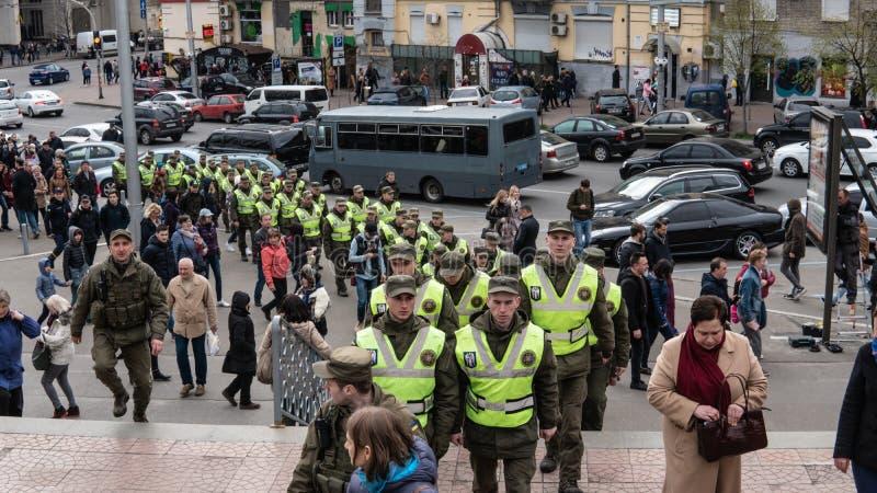 Kiev, Ucrânia - 04 14 2019 Uma multidão de ucranianos está indo ao estádio apoiar o candidato presidencial fotografia de stock royalty free
