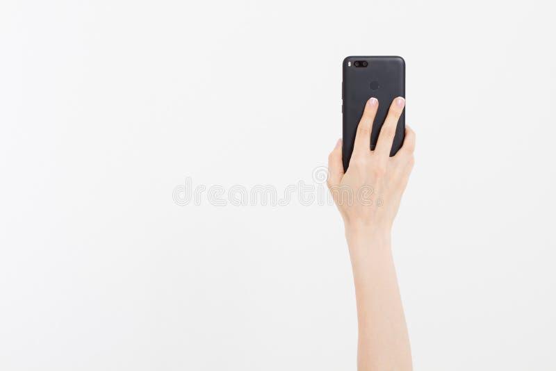Kiev, Ucrânia, 06 01 2018: xiaomi MI a1 dispositivos da porcelana Entregue manter o telefone preto isolado no trajeto de grampeam fotos de stock royalty free