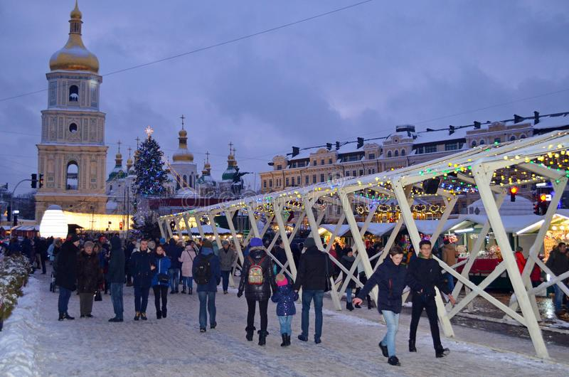 KIEV, UCRÂNIA - 23 de dezembro de 2017: Decorado pelo Natal e o ano novo Sophia Square em Kiev imagem de stock