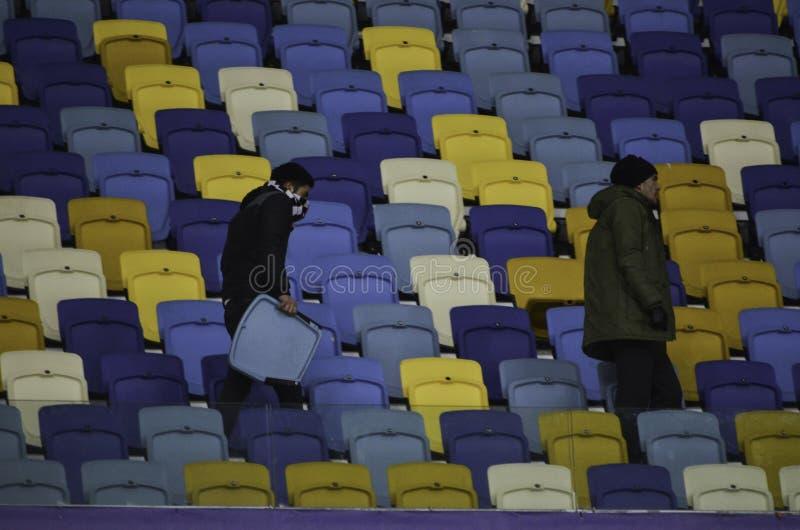 KIEV, UCRÂNIA - 6 DE DEZEMBRO: Ultras violentos Besiktas durante o UEFA imagens de stock