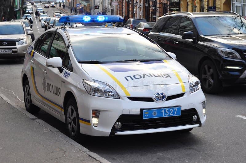 KIEV UCRÂNIA - 21 de fevereiro de 2017: Carro de polícia de Ucrânia Problema com reforma de polícia ucraniana imagens de stock