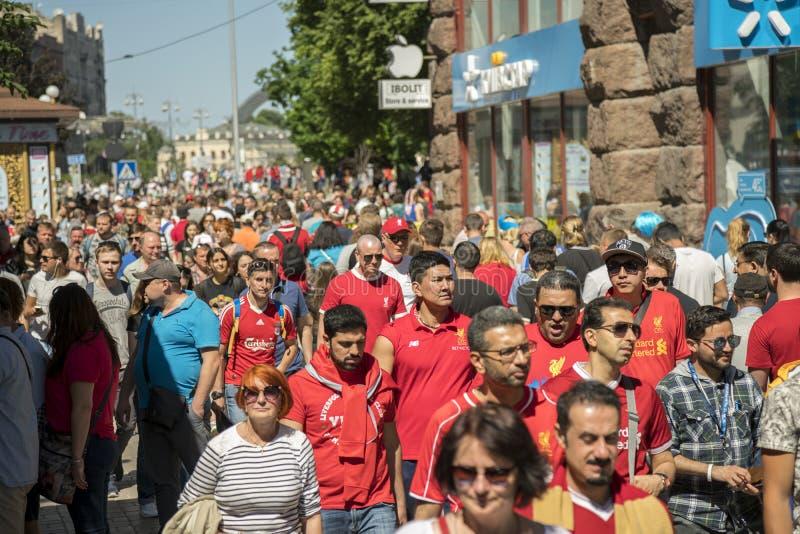 KIEV, UCRÂNIA - 26 de maio de 2018: Fãs espanhóis que tomam a foto com os povos na zona do fã em Kiev na rua Champio de espera de fotos de stock
