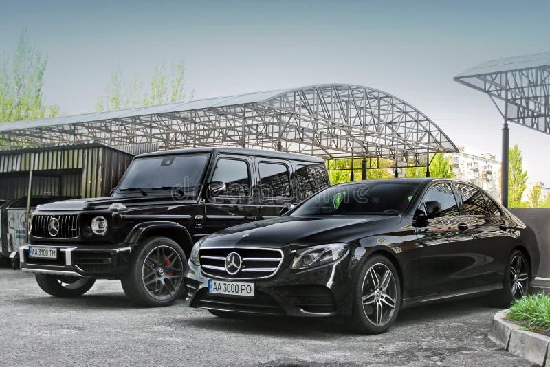 Kiev, Ucr?nia - 3 de maio de 2019: Mercedes-Benz G63 AMG Dois Mercedes novo estacionado na cidade imagens de stock