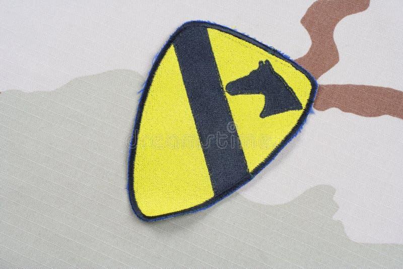 KIEV, UCRÂNIA - 18 de maio de 2015 Remendo da divisão da cavalaria do EXÉRCITO DOS EUA ø no uniforme do deserto foto de stock royalty free