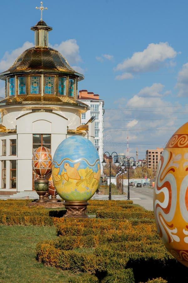 KIEV, UCRÂNIA - 27 DE MARÇO DE 2019: O ovo da páscoa bonito com pintado no estilo armênio fotografia de stock