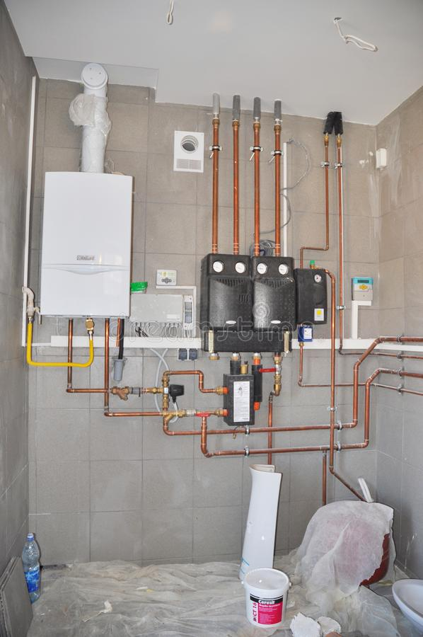 KIEV - UCRÂNIA, dezembro - 19, 2017: lubrificador & controles do sistema de aquecimento Sala de caldeira do agregado familiar com foto de stock