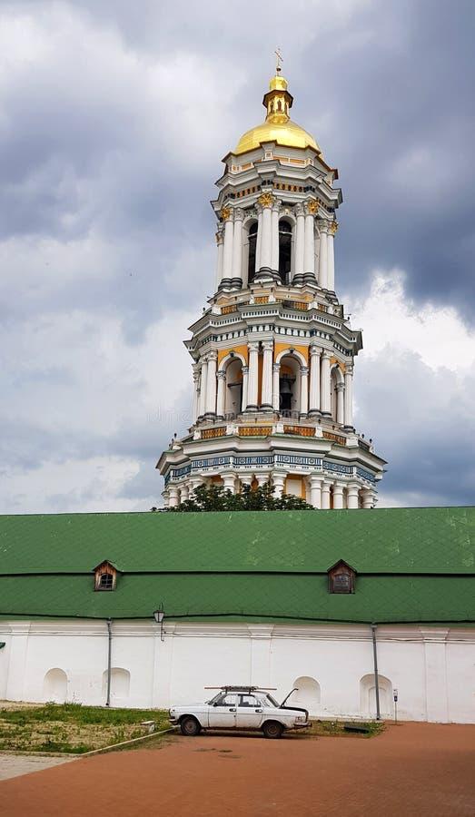 Kiev, Ucr?nia Monastério de Pechersk Lavra a grande torre de Bell imagens de stock