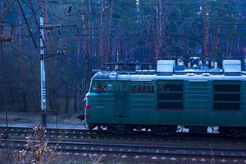 kiev Ucr?nia 03 16 2019 que conduzem ao longo do trem de mercadorias forestrailway com vag?es fotografia de stock royalty free