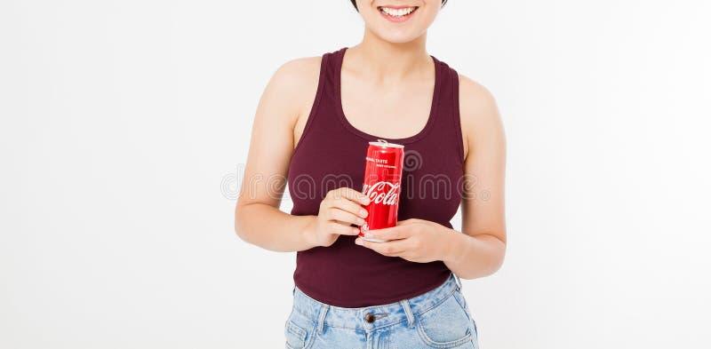 KIEV, UCRÂNIA - 06 28 2018: Vidro congelado da mulher terra arrendada feliz da coca-cola isolado no fundo branco Copie o espaço fotos de stock