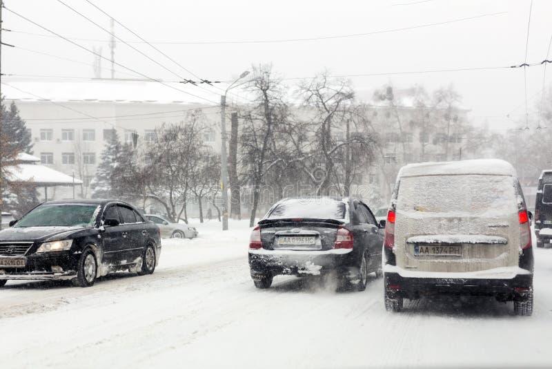 Kiev, Ucraina - 1° marzo 2018 Precipitazioni nevose pesanti, gelo e bufera di neve in Europa Orientale Ingorgo stradale Gelo e te fotografia stock libera da diritti