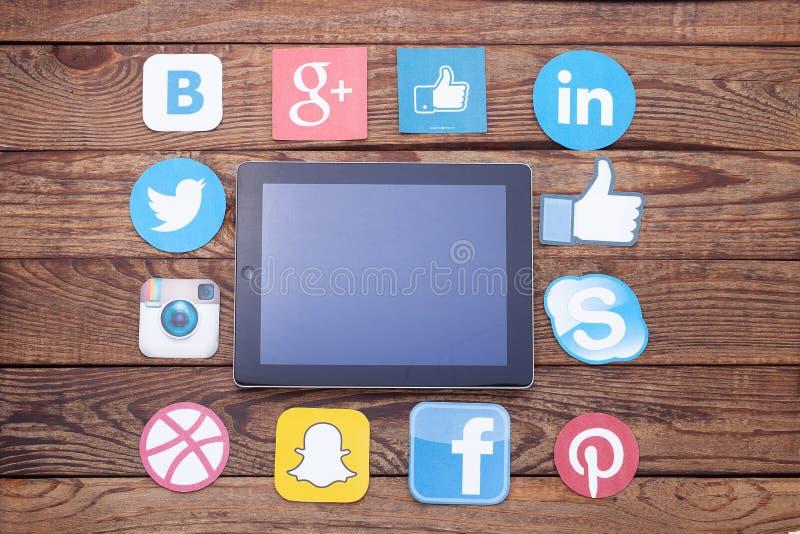 KIEV, UCRAINA - 22 AGOSTO 2015: Icone sociali famose di media come: Facebook, Twitter, blogger, Linkedin, Google più, Instagram p immagine stock