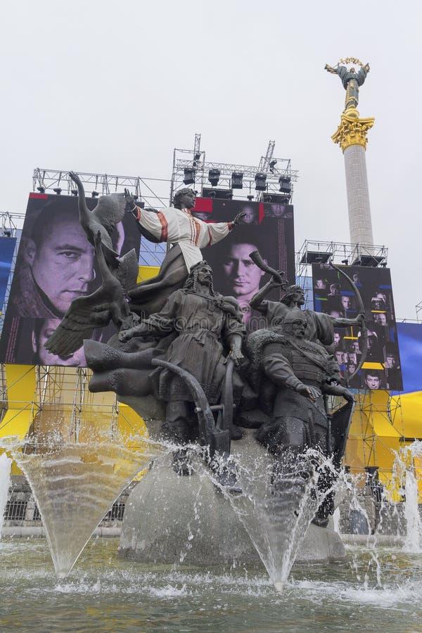 Kiev, Ucraina - 24 agosto 2016: Monumento del ` fondare ed installazione di s della città con l'immagine dei partecipanti fotografia stock libera da diritti