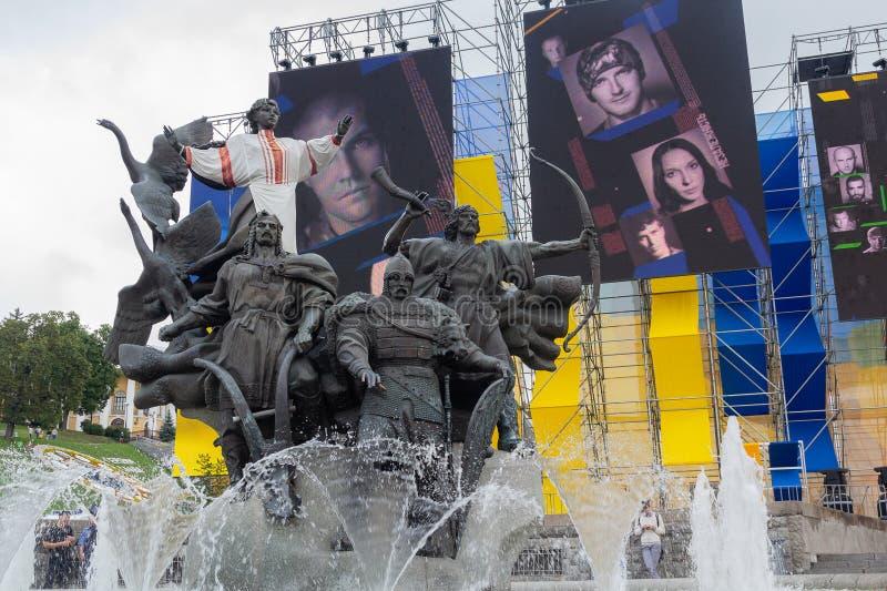 Kiev, Ucraina - 24 agosto 2016: Monumento del ` fondare ed installazione di s della città con l'immagine dei participantsants fotografie stock