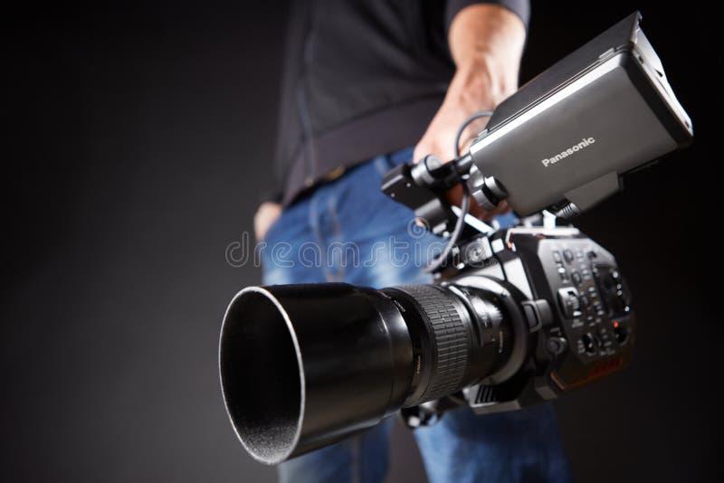 Kiev, Ucraina - 22 aprile 2018: Il cineoperatore tiene una cinepresa Panasonic AU-EVA1 in studio fotografie stock libere da diritti